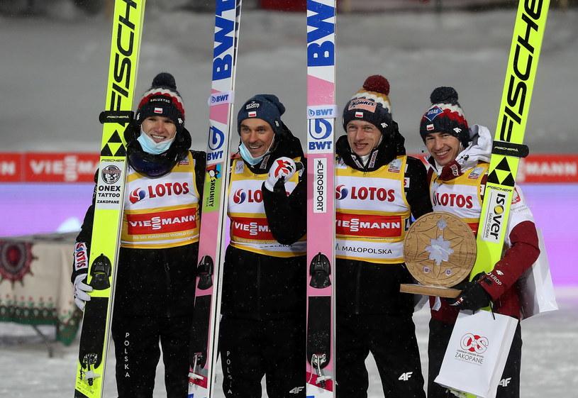 Polacy (od lewej): Andrzej Stękała, Piotr Żyła, Dawid Kubacki i Kamil Stoch, cieszą się z drugiego miejsca po konkursie drużynowym Pucharu Świata w skokach narciarskich w Zakopanem / Grzegorz Momot    /PAP