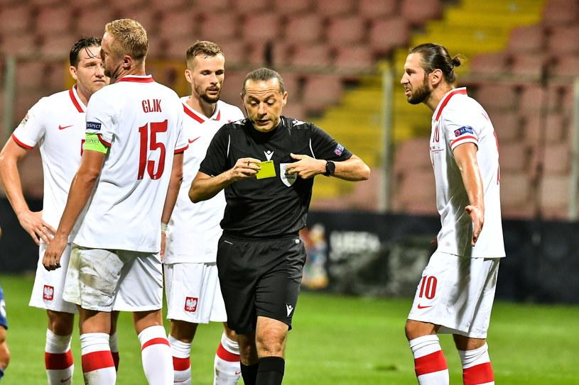 Polacy (od lewej): Piotr Zieliński, Kamil Glik, Tomasz Kędziora i Grzegorz Krychowiak oraz turecki sędzia Cuneyt Cakir /Andrzej Lange /PAP