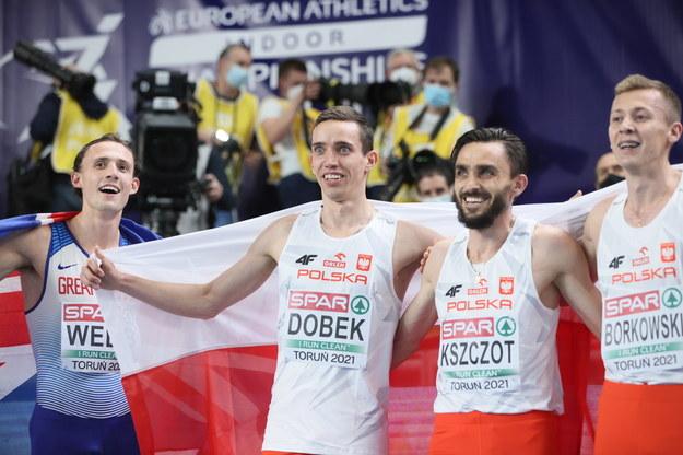 Polacy Patry Dobek (2L) zdobył złoty, a Mateusz Borkowski (P) srebrny medal w biegu na 800m mężczyzn na lekkoatletycznych halowych mistrzostwach Europy w Toruniu / Leszek Szymański    /PAP