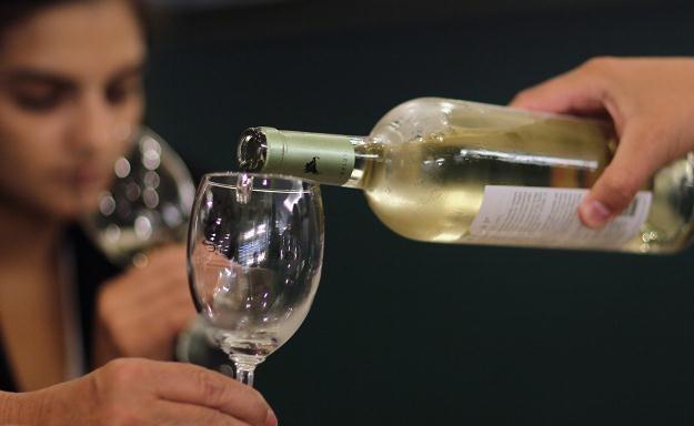 Polacy piją alkohol w domu, by się zrelaksować /AFP