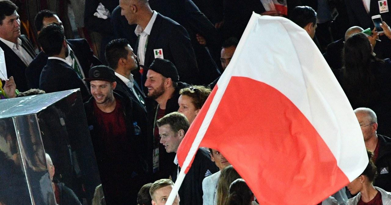 Polacy podczas defilady na Maracanie. Chorążym Karol Bielecki