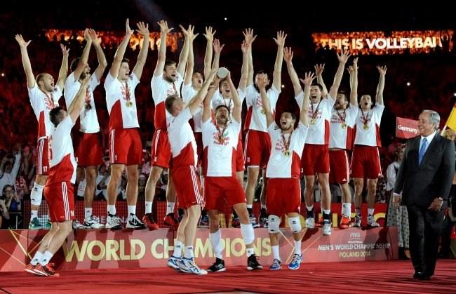 Polacy podczas dekoracji po meczu finałowym mistrzostw świata siatkarzy z Brazylią /Bartłomiej Zborowski /PAP