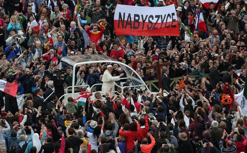 Polacy podczas uroczystości kanonizacyjnych w Watykanie. /ALESSANDRO DI MEO    /PAP/EPA