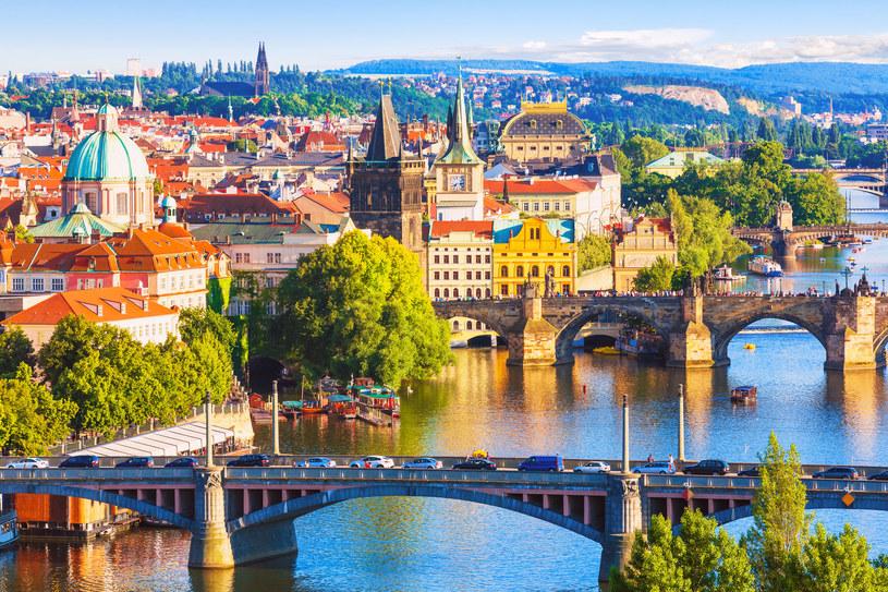 Polacy pokochali Pragę od pierwszego wejrzenie. Niestety, często słyszy się również o szorstkości Czechów w obyciu z turystami, którzy tłumnie odwiedzają ich kraj... /123RF/PICSEL