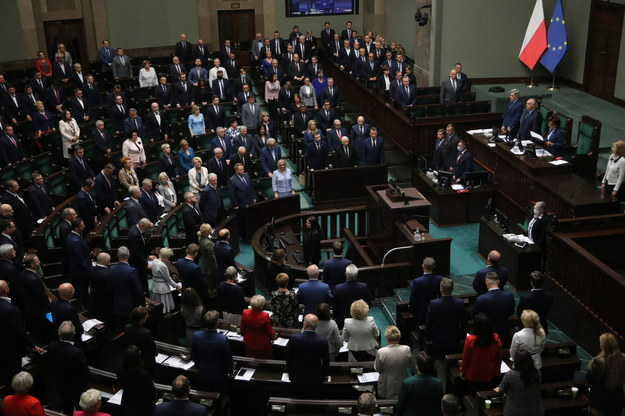 """Polacy przeciwko bezkarności urzędników w walce z Covid-19. Sondaż dla RMF FM i """"DGP"""""""