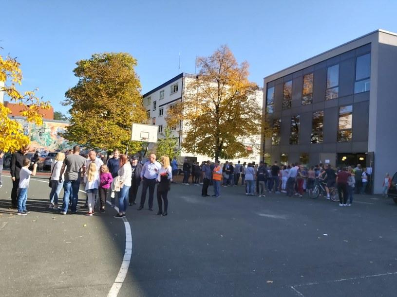 Polacy przed konsulatem w Norymberdze /INTERIA.PL