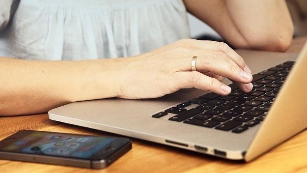 Polacy przed zakupem chętnie sprawdzają opinie o e-sklepach z elektroniką i o ich towarach /MondayNews