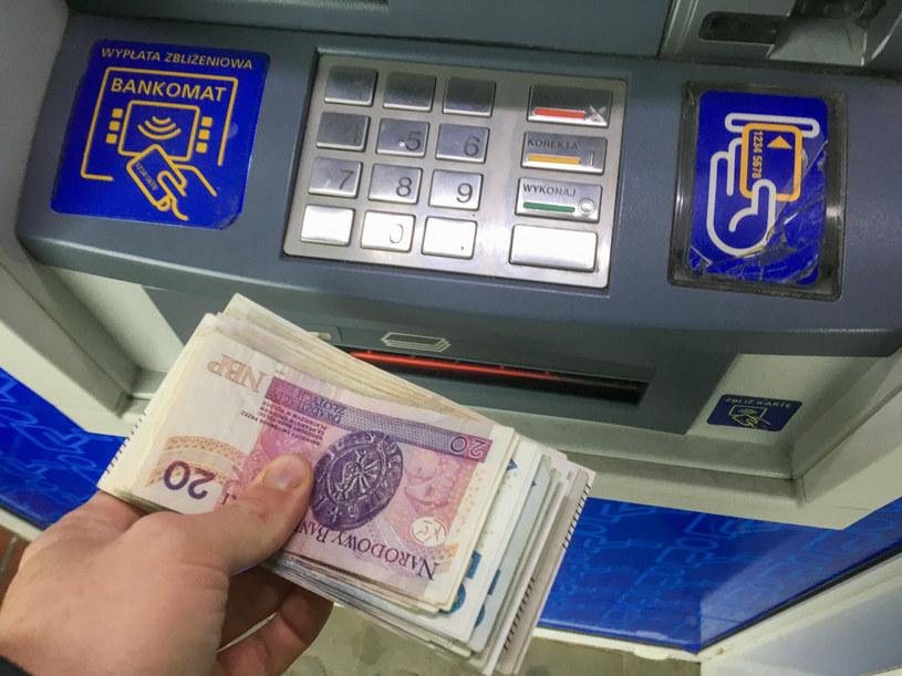Polacy przestają korzystać z bankomatów /Piotr Kamionka /Reporter