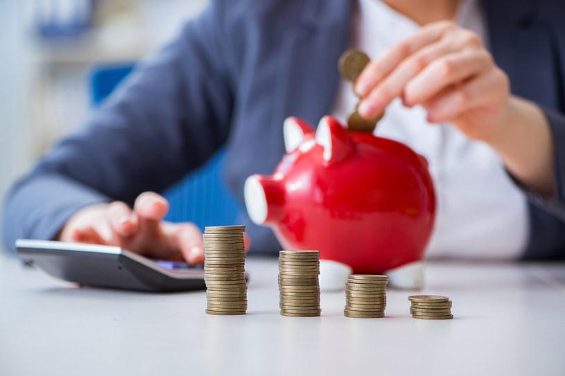 Polacy rezygnują z lokat, ale nie rezygnują z trzymania pieniędzy w bankach /123RF/PICSEL