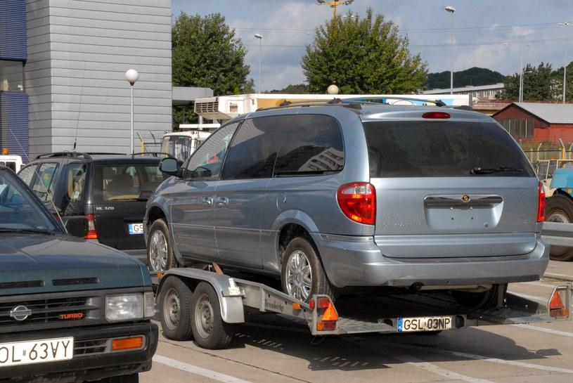 Polacy sprowadzili bardzo dużo starych samochodów /Stefan Kraszewski    /East News