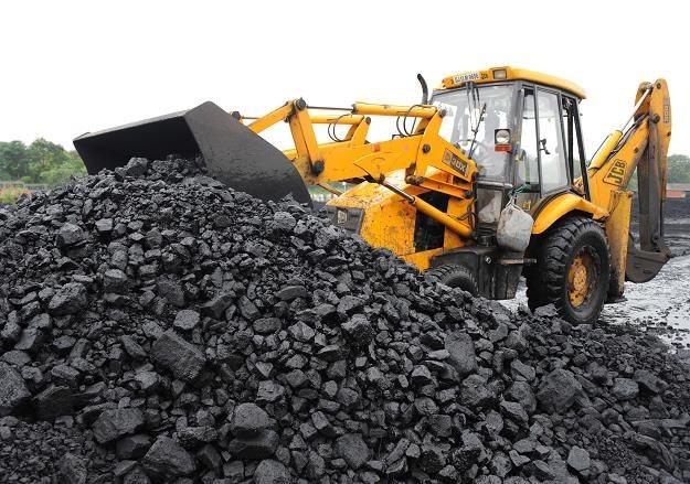 Polacy szturmują składy węgla przed zimą. W wielu miejscach kraju jednak odprawiani są z kwitkiem /AFP