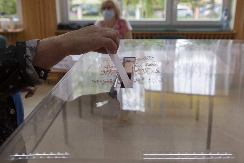 Polacy tłumnie głosują w drugiej turze wyborów prezydenckich /Witold Spisz/REPORTER /Reporter