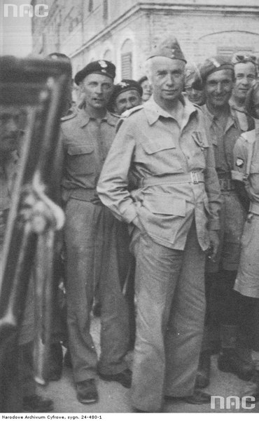 Naczelny Wódz Kazimierz Sosnkowski wśród żołnierzy po zajęciu Ankony, 19.07.1944