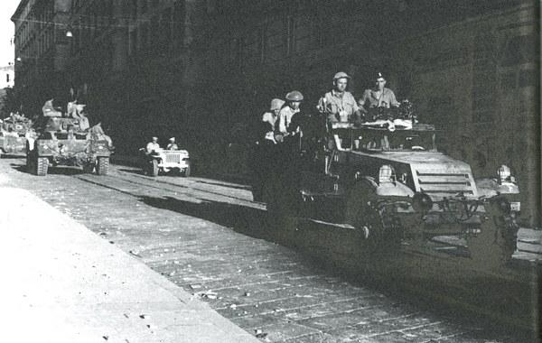 Żołnierze Pułku Ułanów Karpackich wkraczają do zdobytej Ankony, 18.07.1944 r.