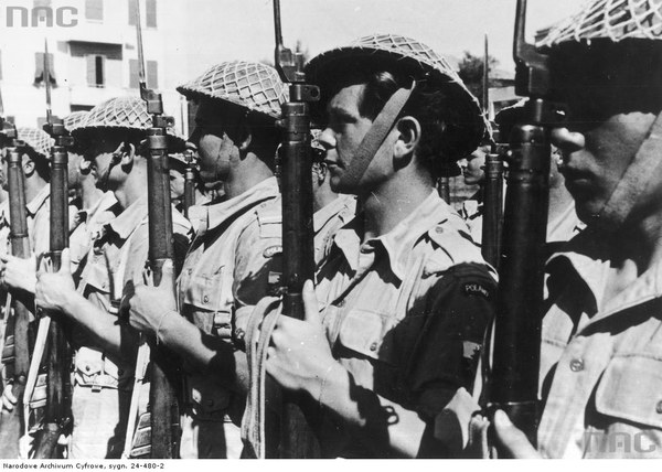 Kompania 3 Dywizji Strzelców Karpackich. Żołnierze wyposażeni są w karabiny Lee-Enfield, 19.07.1944