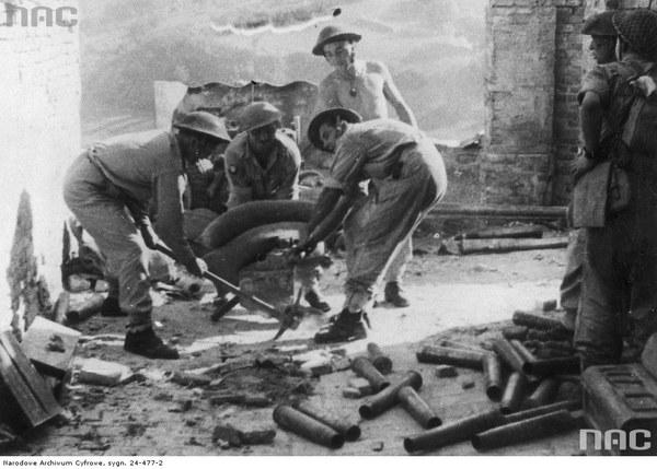 2 Korpus Polski w bitwie o Ankonę - zdobycie miasta. Artylerzyści z 2 Korpusu Polskiego przygotowują stanowisko działa przeciwpancernego