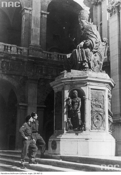 Żołnierze Samodzielnej 2 Brygady Pancernej przed wejściem do bazyliki w Loreto, 1944