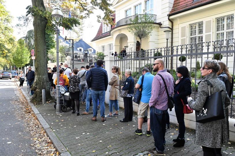 Polacy w kolejce przed ambasadą RP w Berlinie; Najwięcej głosów w Niemczech oddano na Koalicję Obywatelską / Marcin Bielecki    /PAP