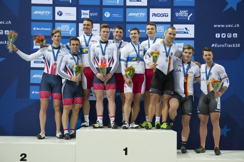 Polacy (w środku), czyli złoci medaliści sprintu drużynowego podczas ME w kolarstwie torowym /PAP/EPA
