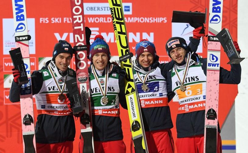 Polacy z historycznymi medalami na MŚ w lotach. Od lewej: Piotr Żyła, Stefan Hula, Kamil Stoch i Dawid Kubacki /AFP