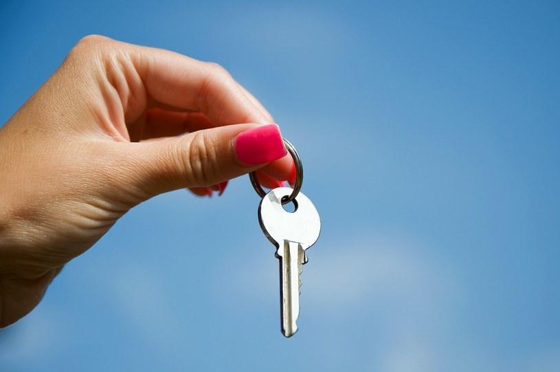 Polacy zaciągają coraz wyższe kredyty na zakup mieszkań /123RF/PICSEL