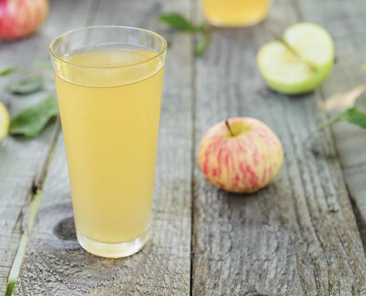 Połącz ocet jabłkowy z wodą /© Photogenica
