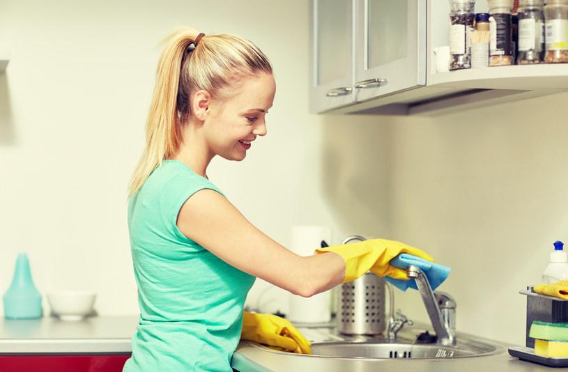 Połącz olejek eteryczny z sodą. Wsyp do umywalki i polej octem. /123RF/PICSEL