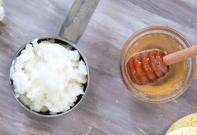 Połącz ze sobą miód i olej kokosowy /123RF/PICSEL