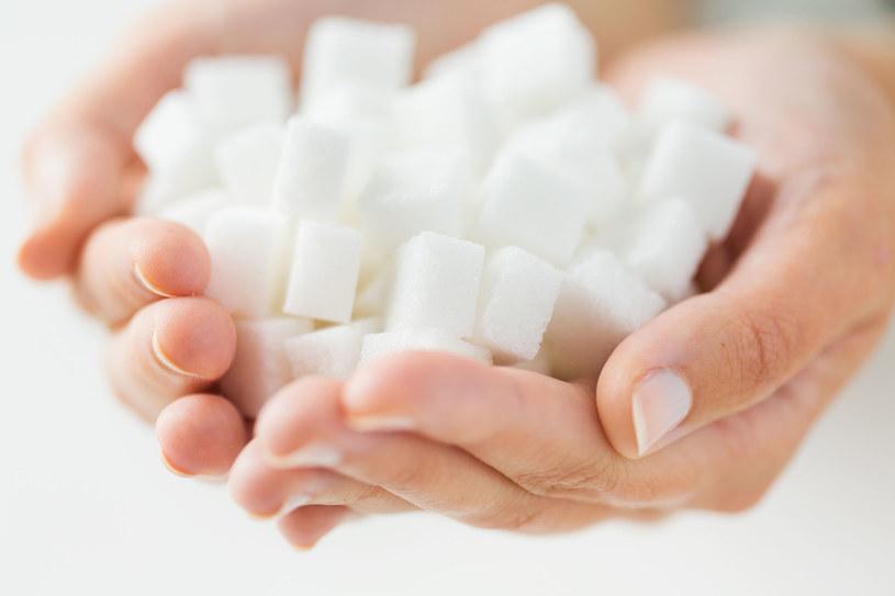 Połączenie cukru z mlekiem ma zbawienny wpływ na zainfekowany chorobą organizm /123RF/PICSEL