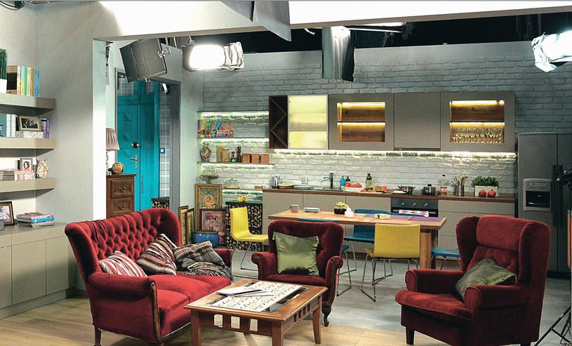 Połączenie kuchni z jadalnią i salonem powiększa optycznie nawet nieduże mieszkanko. /Świat Seriali