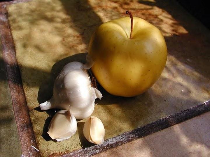 Połączenie octu jabłkowego i czosnku /© Photogenica