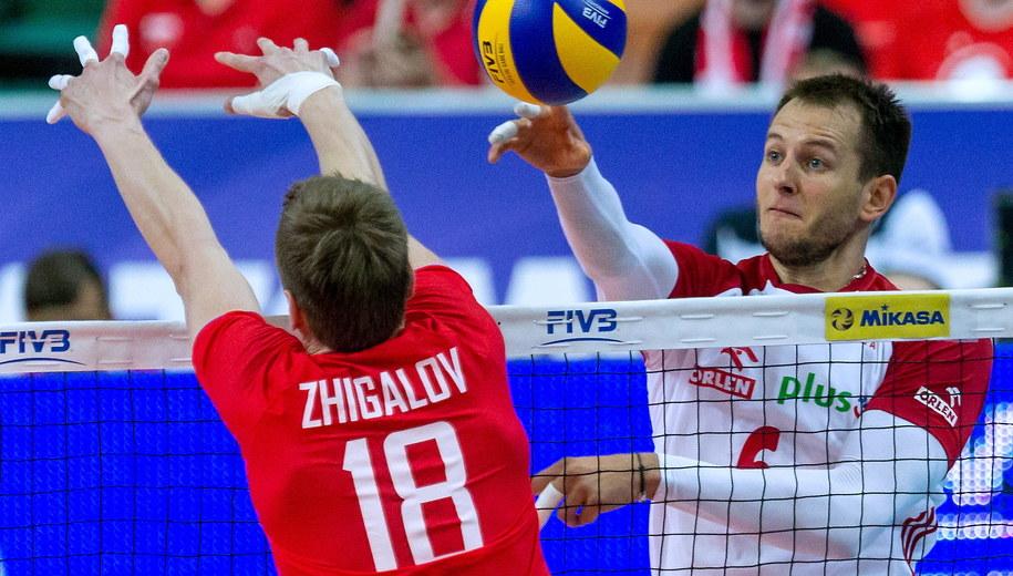 Polak Bartosz Kurek (P) i Maksim Żigałow (L) z Rosji podczas meczu Ligi Światowej siatkarzy /Andrzej Grygiel /PAP