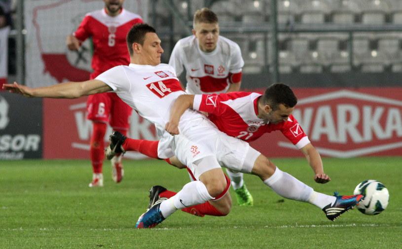 Polak Damian Dąbrowski (L) walczy o piłkę z Ryanem Scicluną (P) z Malty podczas meczu eliminacyjnego mistrzostw Europy U-21 w Krakowie /Jacek Bednarczyk /PAP