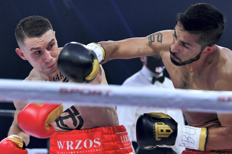 Polak Damian Wrzesiński (L) i Luis Angel Viedas (P) z Meksyku w zawodowej walce podczas gali TYMEX Boxing Night 14 / Piotr Polak    /PAP