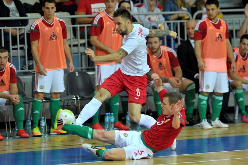 Polak Dominik Solecki (biał-czerwony strój) i Bence Klacsak z Węgier /Marcin Bielecki /PAP