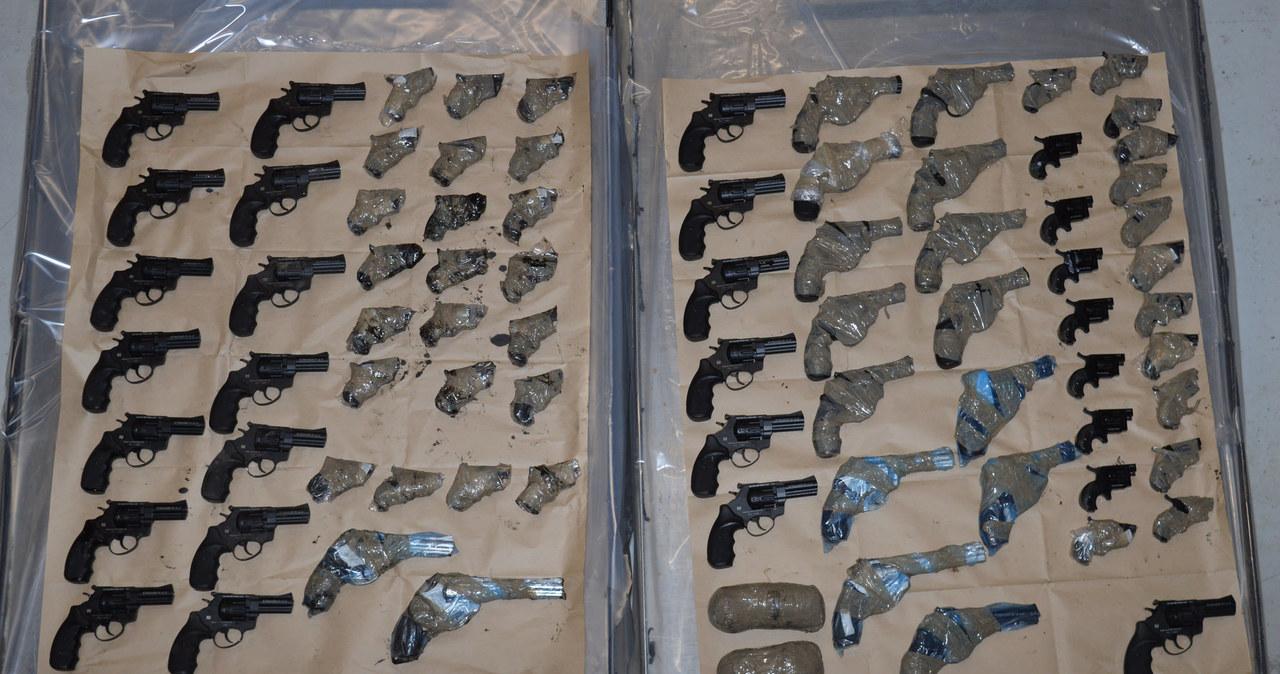 Polak i Czech próbowali przemycić kilkadziesiąt sztuk broni do Wielkiej Brytanii