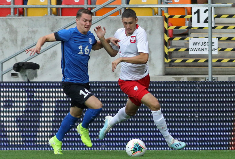 Polak Kamil Pestka (P) i Markus Soomets (L) z Estonii podczas meczu eliminacyjnego piłkarskich mistrzostw Europy U-21 /Artur Reszko /PAP