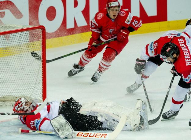 Polak Polak Patryk Wronka (C-G) i bramkarz Austrii Bernhard Starkbaum (L-C) podczas meczu Mistrzostw Świata Dywizji 1A w hokeju na lodzie, rozgrywanych w katowckim Spodku /Andrzej Grygiel /PAP