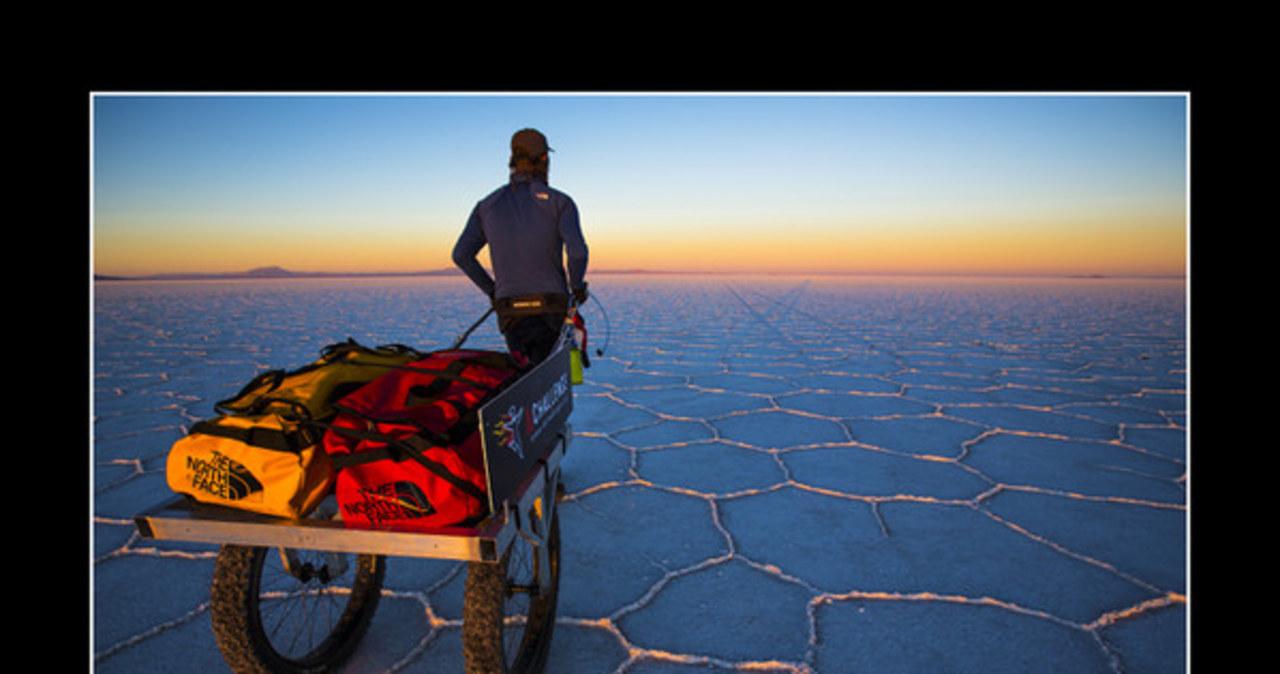 Polak przeszedł największą pustynię solną świata