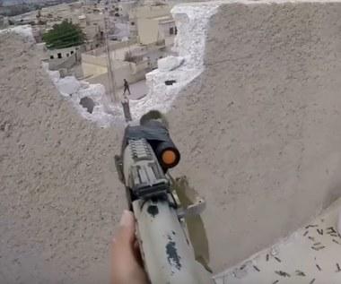 """Polak walczy z ISIS i śpiewa """"Orła cień"""""""