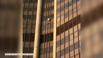 Polak wspinał się na 210-metrową wieżę w Paryżu. W połowie drogi na szczyt został zatrzymany przez policję