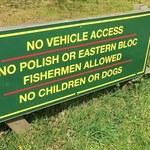 """""""Polakom, dzieciom i psom wstęp wzbroniony"""". Kontrowersyjna tabliczka w Wielkiej Brytanii"""