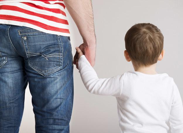 Polakom jest trudno dzielić się obowiązkami rodzicielskimi po równo przede wszystkim przez system polityki prorodzinnej i kulturę, w którym żyjemy. Widać to najwyraźniej w tym, że póki co urlopy na dziecko są skierowane głównie do matek... /123RF/PICSEL