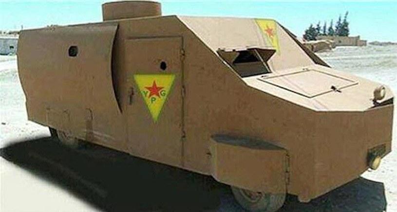 Półciężarowka przerobiona na lekki pojazd opancerzony /East News