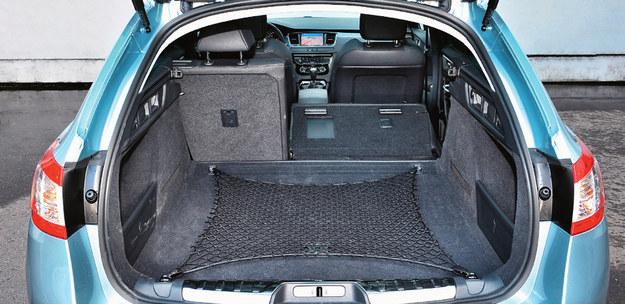 Polecamy praktyczne kombi. Bagażnik ma regularne kształty i pojemność 560-1598 l. Klapa może być unoszona elektrycznie. /Motor