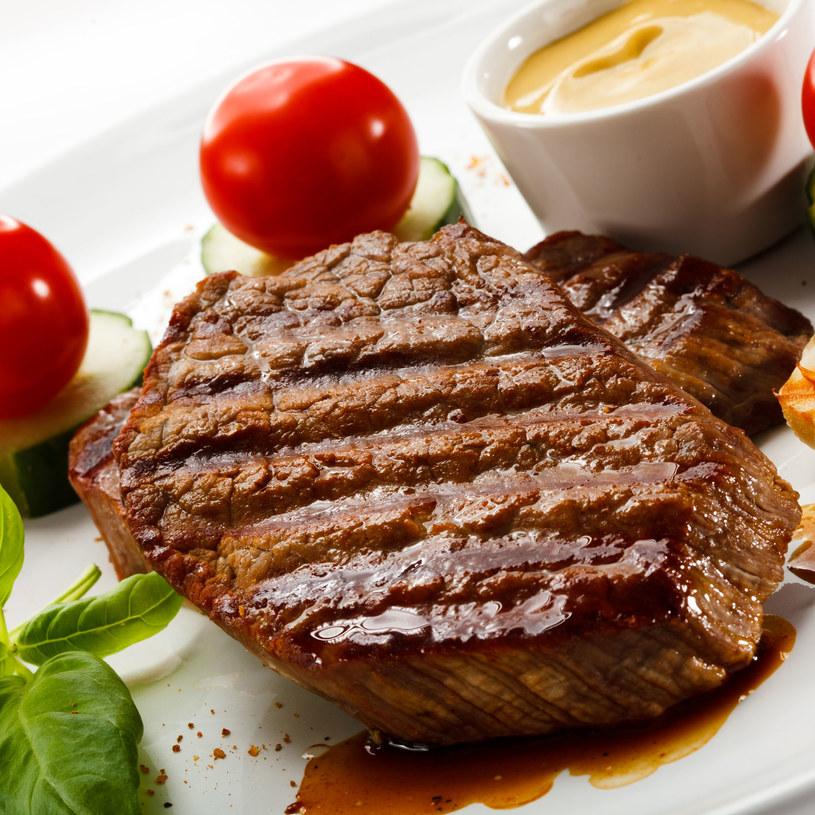 Polędwicę podaj ze świeżymi warzywami /123RF/PICSEL