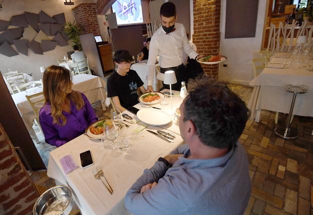 Polemika wokół limitu czterech osób przy stole w restauracji /DANIEL DAL ZENNARO  /PAP/EPA