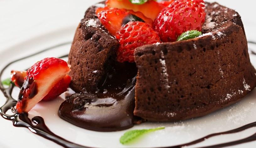 Polewa czekoladowa stanowi idealne dopełnienie domowego wypieku /123RF/PICSEL