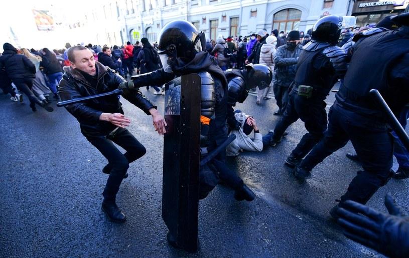 Policja bije demonstrujących w obronie Aleksieja Nawalnego. /Pavel Korolyov /AFP