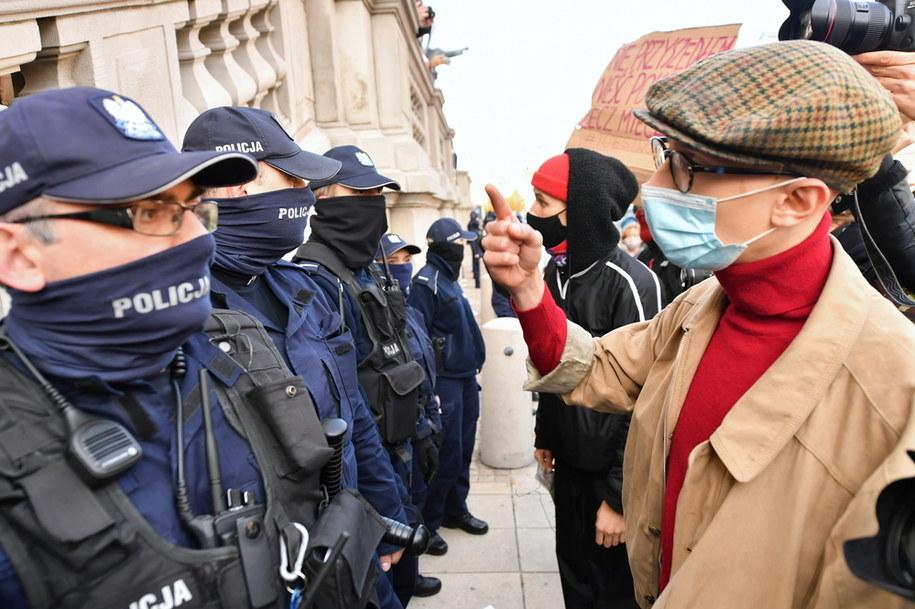 Policja blokowała wejście do kościoła Świętego Krzyża w Warszawie podczas protestu przeciwko zaostrzeniu prawa aborcyjnego /PAP
